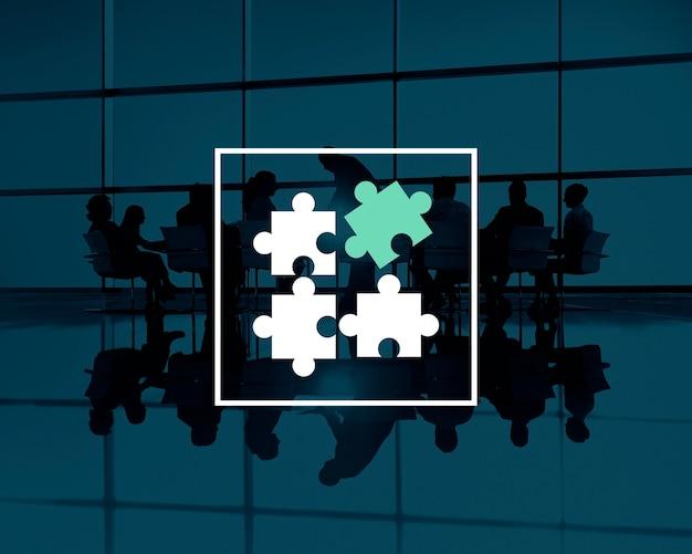 Silhuetas de trabalho em equipe com peças de quebra-cabeça