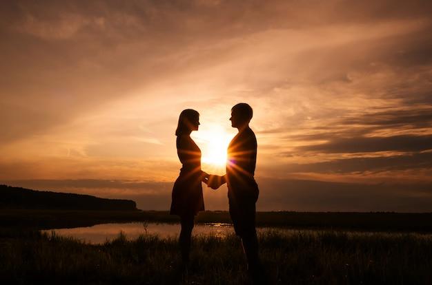 Silhuetas de um casal