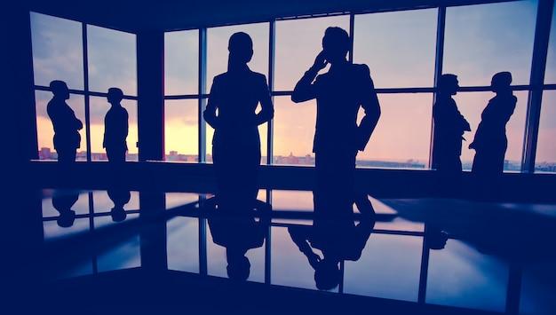 Silhuetas dos empresários no escritório