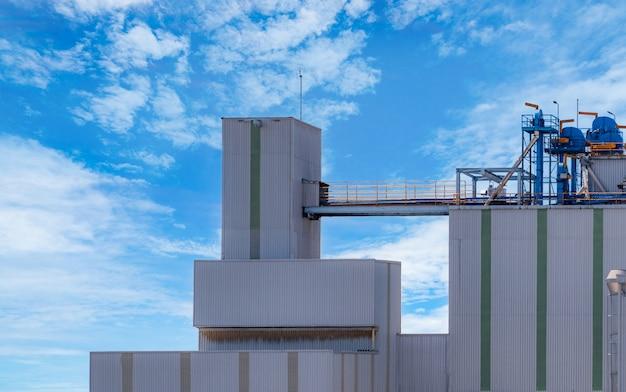 Silo agrícola na fábrica de rações. grande tanque para armazenar grãos na fabricação de rações. torre de estoque de sementes para produção de ração animal.