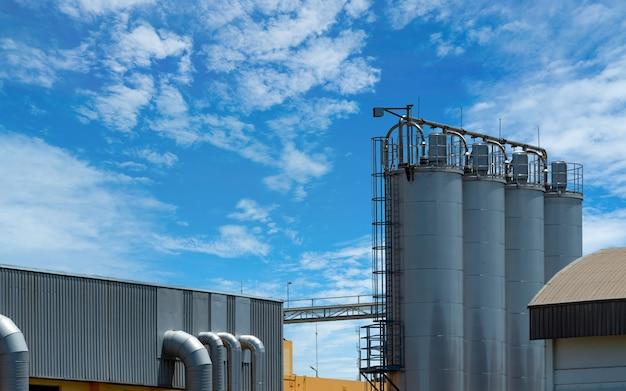Silo agrícola na fábrica de rações. grande tanque para armazenar grãos na fabricação de rações.