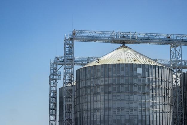 Silos complexos para armazenamento de grãos, em pé ao ar livre.