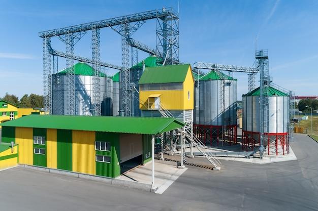 Silos do celeiro. um moderno armazém de trigo e outros cereais.