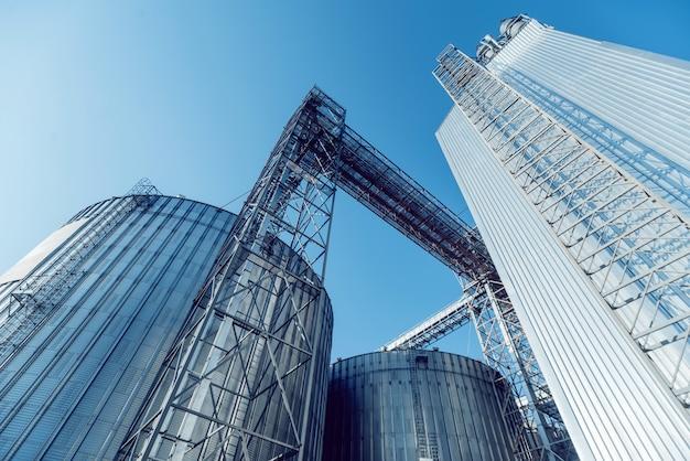 Silos modernos para armazenar a colheita de grãos. agricultura.