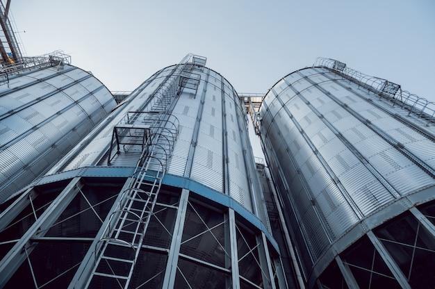 Silos modernos para armazenar a colheita de grãos.