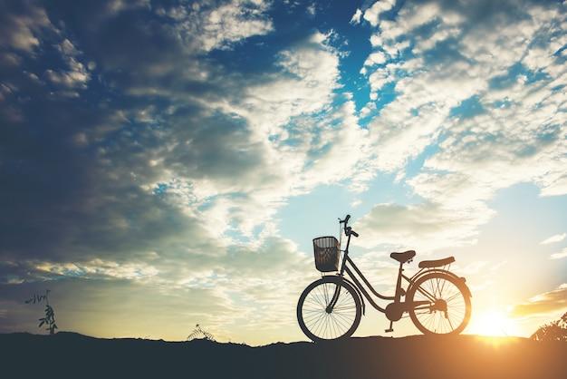 Silueta, de, bicicleta, estacionamento, ligado, montanha
