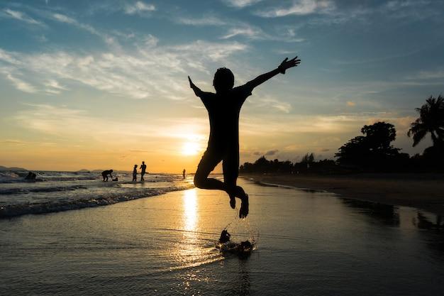 Silueta, de, criança, pular, praia