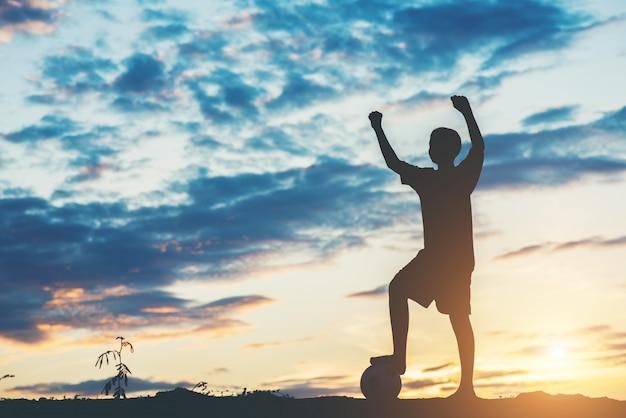 Silueta, de, crianças, jogo, futebol futebol