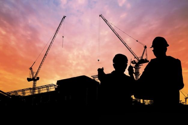 Silueta, de, engenheiros, com, trabalhador, em, construção, predios