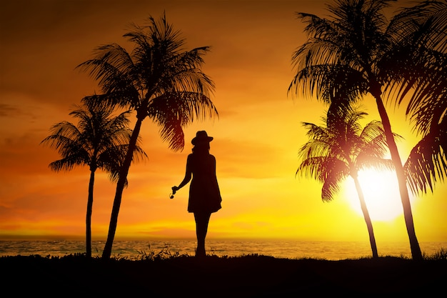 Silueta, de, femininas, turista, levantando praia