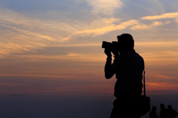 Silueta, de, fotógrafo, ligado, pôr do sol