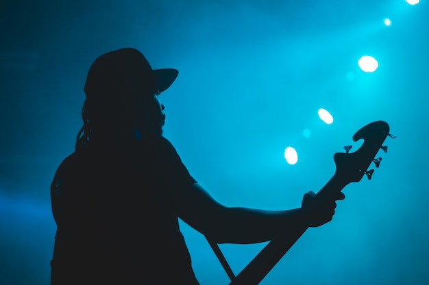 Silueta, de, homem, com, violão