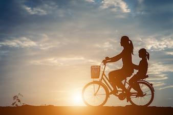 Silueta, de, mãe, com, dela, filha, e, bicicleta