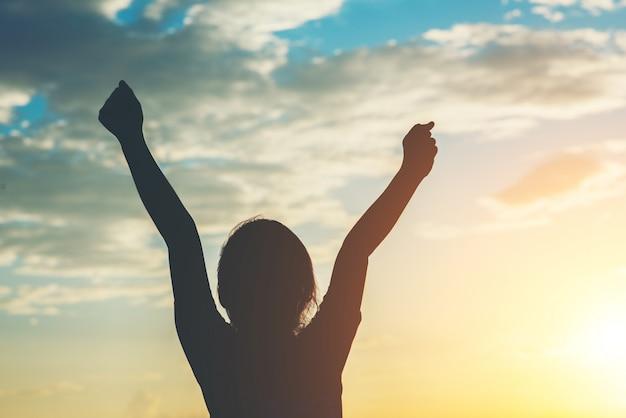 Silueta, de, menininha, levantando mão, para, liberdade, feliz, tempo