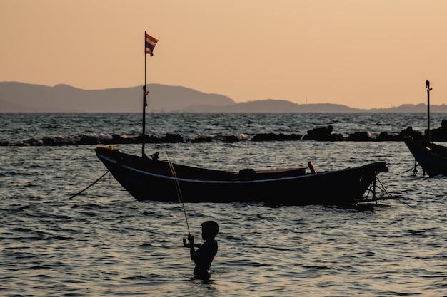 Silueta, de, menino, pesca, mar