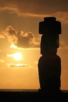 Silueta, de, moai, estátua, contra, bonito, céu ocaso, em, ahu tahai, ilha páscoa, chile