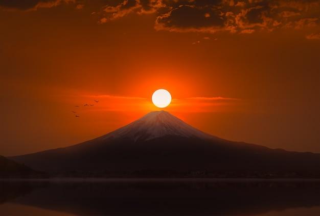 Silueta, de, monte fuji, em, lago, kawaguchiko, ligado, amanhecer