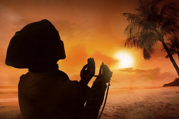Silueta, de, muçulmano, mulher rezando