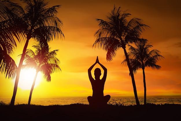 Silueta, de, mulher, fazendo, ioga, com, vista oceano