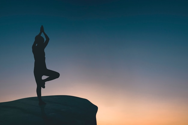 Silueta, de, mulher, fazendo, ioga, ligado, rocha
