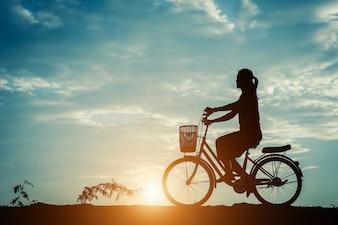 Silueta, de, mulheres, com, bicicleta, e, bonito, céu