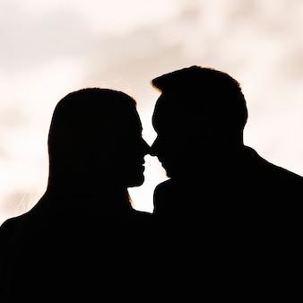 Silueta, de, par beija, um ao outro