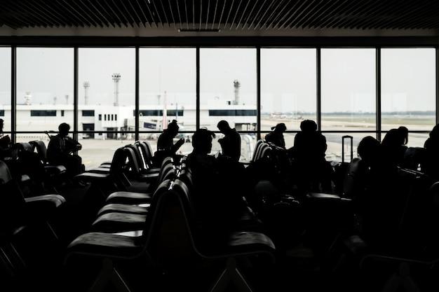 Silueta, de, passangers, esperando, para, a, vôo, em, a, aeroporto