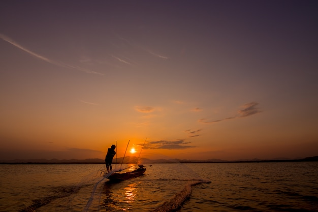 Silueta, de, pescador, jogar, rede, ligado, a, lago