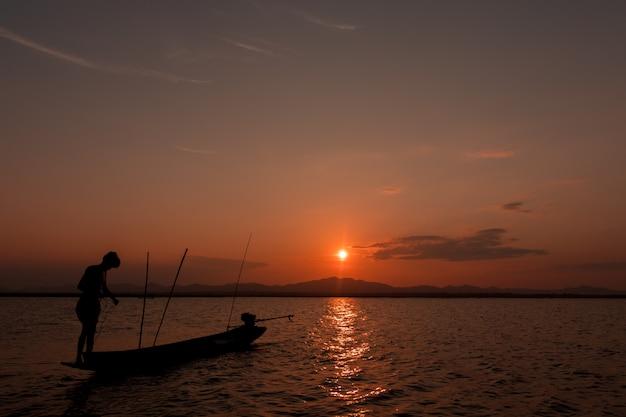 Silueta, de, pescador, ligado, a, lago