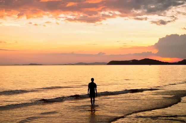 Silueta, de, solitário, andar, em, a, mar, em, pôr do sol