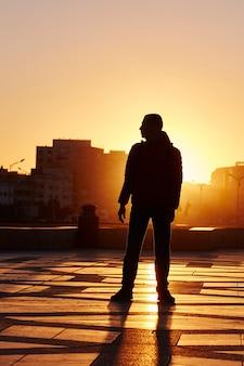 Silueta, de, um, homem, em, pôr do sol, em, inverno