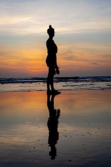 Silueta, de, um, menina, ficar água, praia
