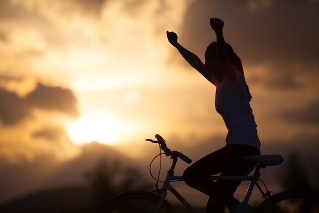 Silueta, de, um, menina jovem, ligado, bicicleta montanha