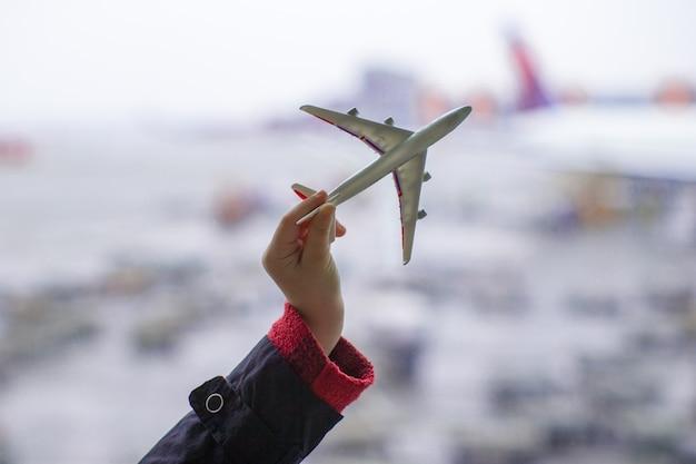 Silueta, de, um, pequeno, modelo avião, ligado, aeroporto