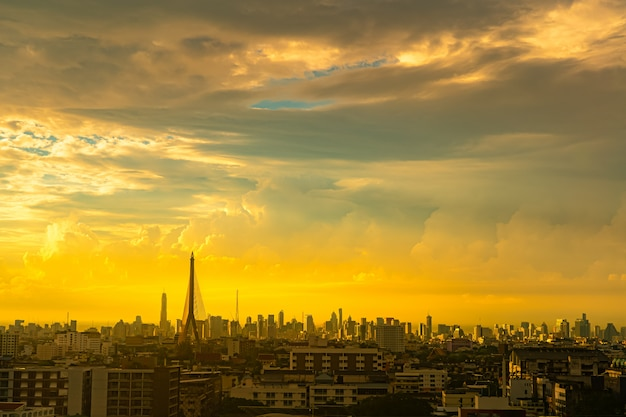 Silueta, rama, ponte, e, cityscape, com, crepúsculo, céu, em, centro cidade, de, bangkok, thon, buri, tailandia