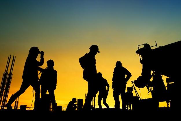 Silueta, trabalhador construção, concreto, despejar, durante, comercial, concreting, chãos, de, predios, em, local construção