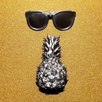 Silver set férias. óculos de sol e abacaxi, glamour da moda praiana