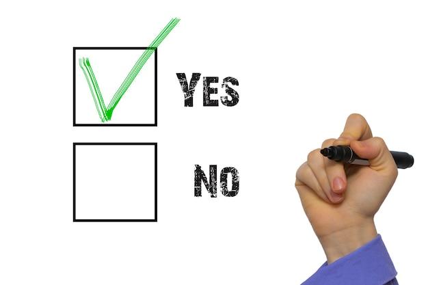 Sim não caixa de seleção com marcação verde vermelha. mão segurando o marcador isolado em quadros brancos