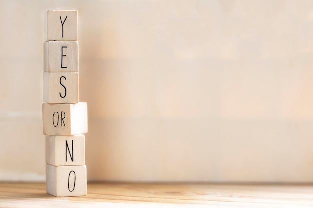 Sim versus não inscrição em cubos de madeira e pergunta