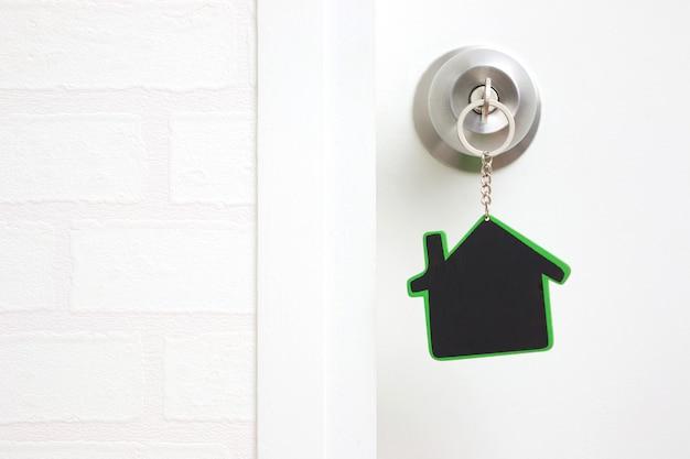 Símbolo da casa e furar a chave no buraco da fechadura com espaço de cópia