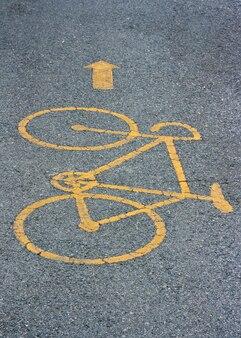 Símbolo da ciclovia estampado no asfalto (fotografia)