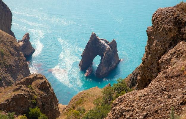 Símbolo da crimeia. vista superior da rocha golden gate, localizada no meio do mar negro, na crimeia, rússia. karadag.