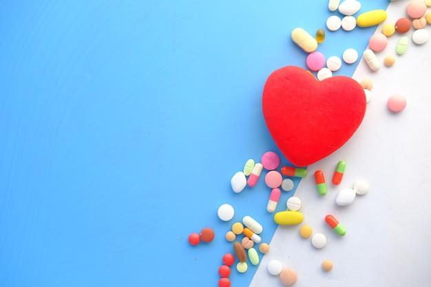 Símbolo da forma do coração e comprimidos em verde