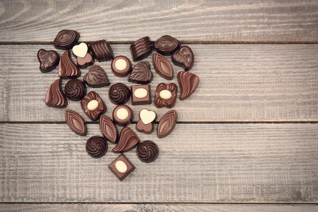 Símbolo de amor cheio de bombons de chocolate