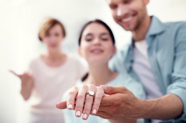 Símbolo de amor. foco seletivo de um anel de noivado em uma mão feminina