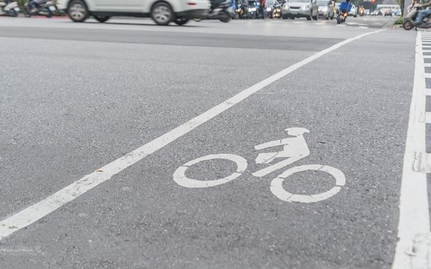 Símbolo de bicicleta na rua da cidade, faixa de bicicleta urbana