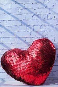 Símbolo de coração vermelho na parede branca