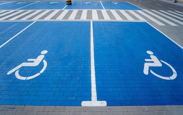 Símbolo de deficientes físicos pintado em uma vaga especial de estacionamento para pessoas com deficiência