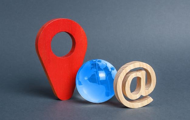 Símbolo de e-mail do globo azul planeta terra e indicador de localização vermelho sistema de comunicação global
