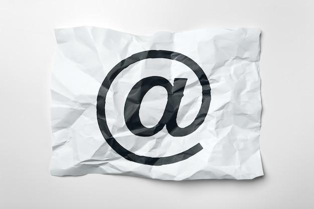 Símbolo de e-mail em papel amassado